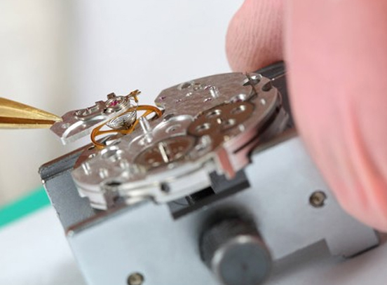 Placing watch battery